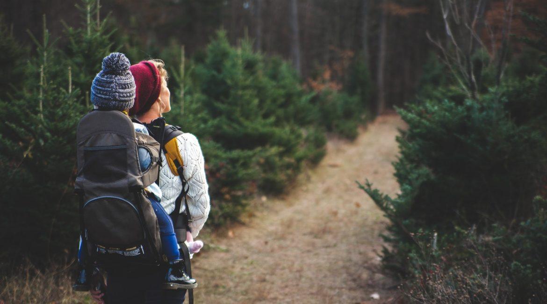 Dame går rundt i en skov med barn