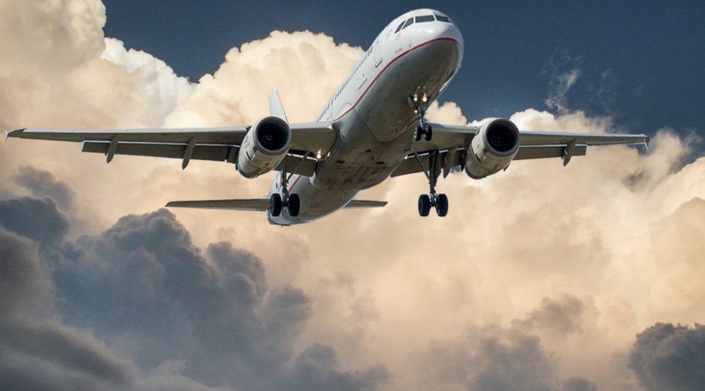 Fly der flyver oppe ved skyerne