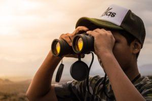 Person bruger kikkert til at se langt