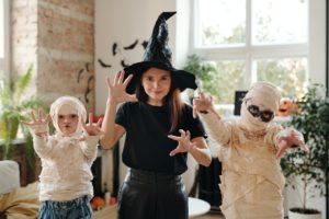 Familie er klædt ud som mumier og en heks