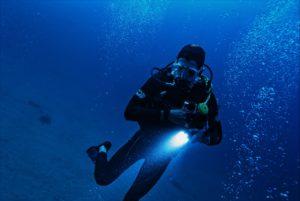 Person dykker med lommelygte