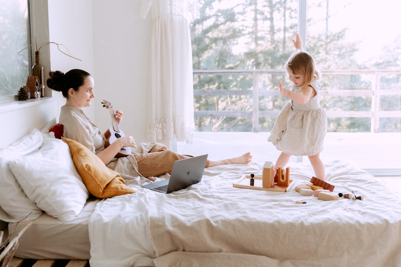 Barn leger med legetøj med mor
