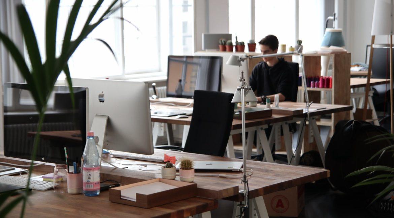 Mand arbejder alene på stort kontor