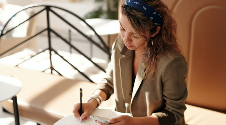 Stilet dame skriver i jakkesæt